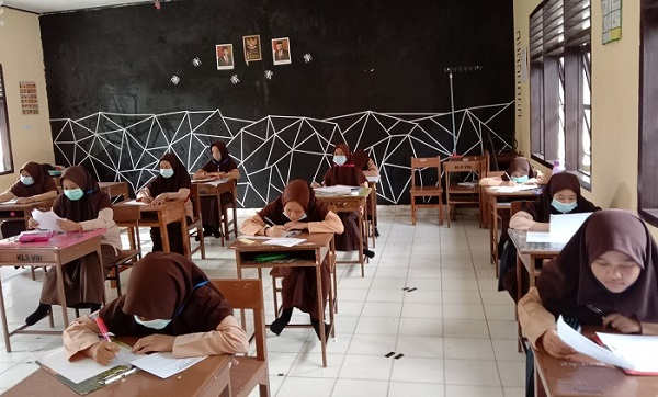 Para Santriwati/Siswi Kelas VIII yang sedang asyik mengikuti Ujian Semester Ganjil TP.2020/2021 untuk Mapel Kepesantrenan. (foto: ist/palontaraq)