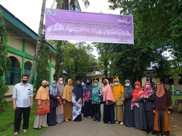 Foto bersama Tim Penilai Kantin Sehat dari Dinkes dengan Pimpinan dan Para Pembina Ponpes Modern Putri IMMIM Pangkep. (foto: ist/palontaraq)