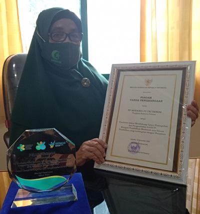 Ketua YASDIC IMMIM Pangkep, Dra Hj Sri Hajati Fachrul Islam dan Penghargaan Kepatuhan Protokol Kesehatan dari Kemenkes RI. (foto: ist/palontaraq)