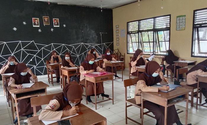 Menjaga Jarak. Suasana belajar di Kelas. (foto: ist/palontaraq)