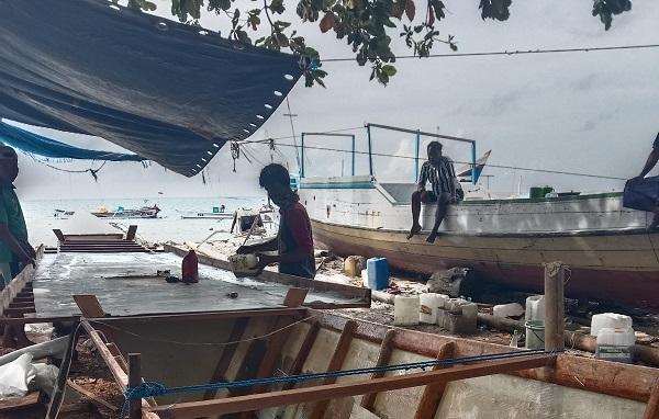 Proses Pembuatan Kapal Fiber di sisi timur Pulau Gondong Bali. (foto: ettaadil/palontaraq)