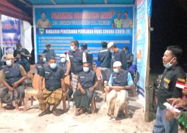 Kades Gondong Bali bersama Tokoh-tokoh masyarakatnya di Posko Operasi Desa Aman Covid-19. (foto: ettaadil/palontaraq)